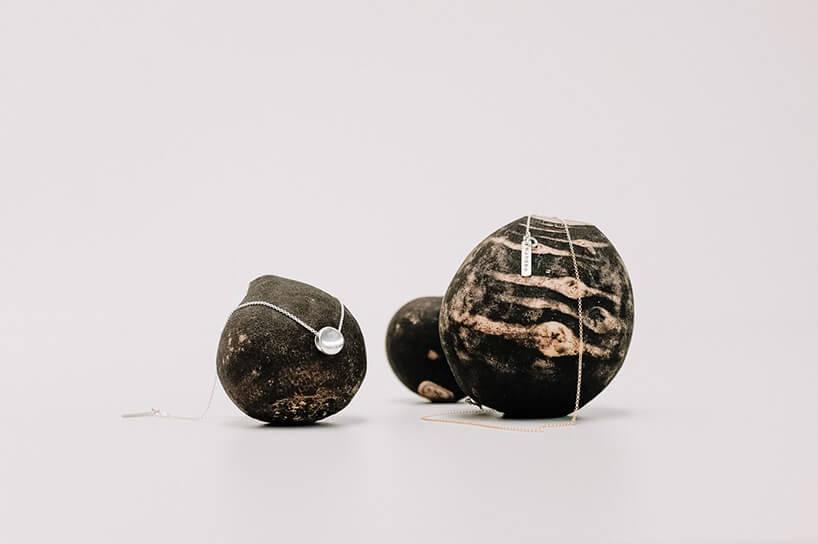 biżuteria prezentowana na czarnych kamieniach od MANUBA