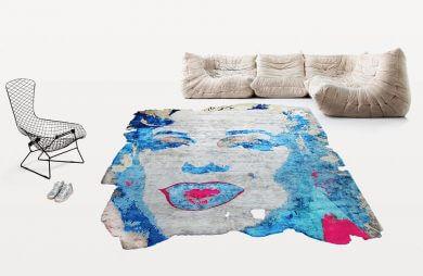 kolorowy dywan biały fotel i rogówka