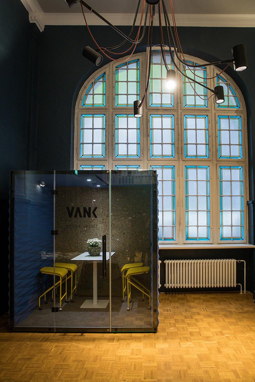 box VANK na tle dużego klasycznego oknia