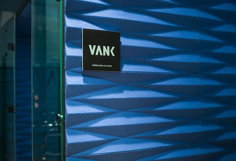 tabliczka zlogotypem VANk na niebieskiej ścianie boxu