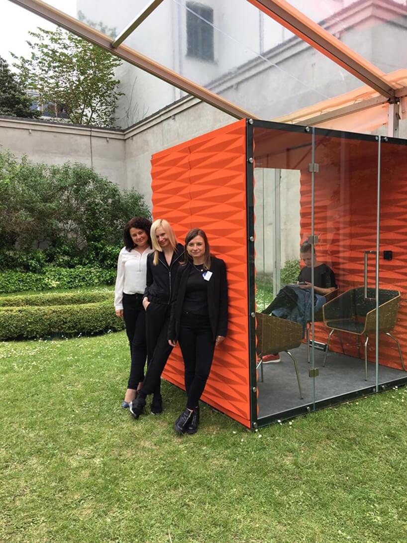 trzy kobiety oparte oczerwony box VANK wogrodzie