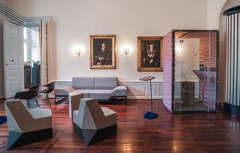 szara sofa idwa fotele VANK obok boxu VANK we wnętrzu zdwoma obrazami