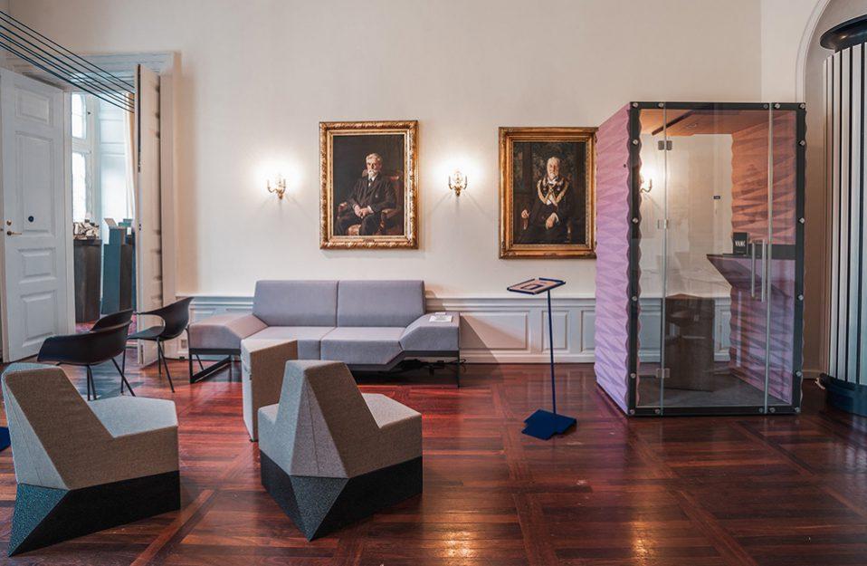 szara sofa VANK i dwa fotele VANK obok boxu VANK we wnętrzu z dwoma obrazami
