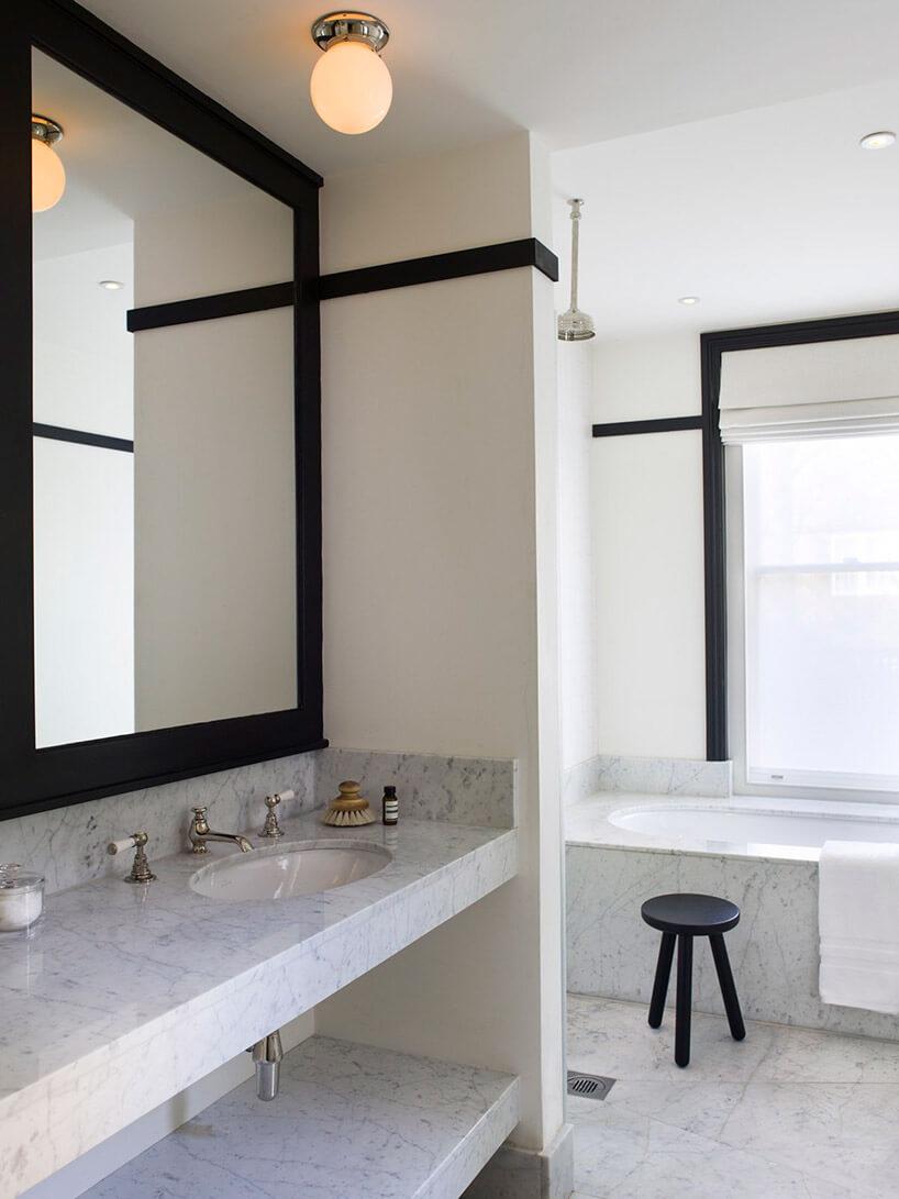 biały marmur wbeżowej łazience
