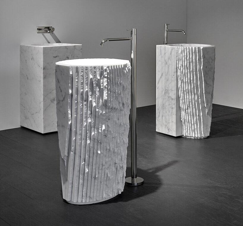 trzy umywalki zdużych granitowych bloków