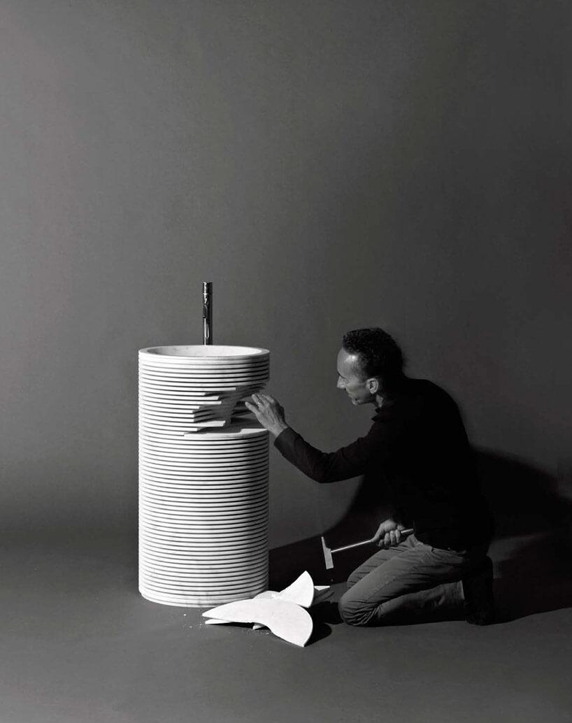 twórca podczas wykańczania umywalki