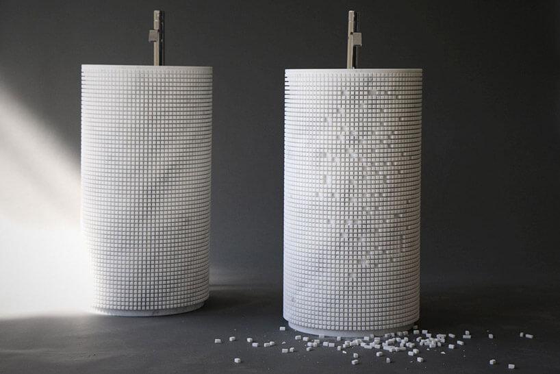 dwie granitowe umywalki ponacinane wmozaikę