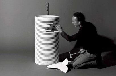 twórca umywalek podczas wykańczania produktu