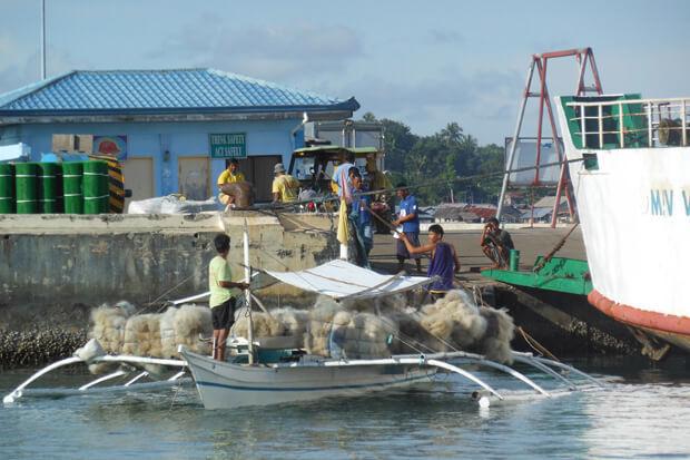 mała łódź rybacka wporcie pełna sieci rybackich