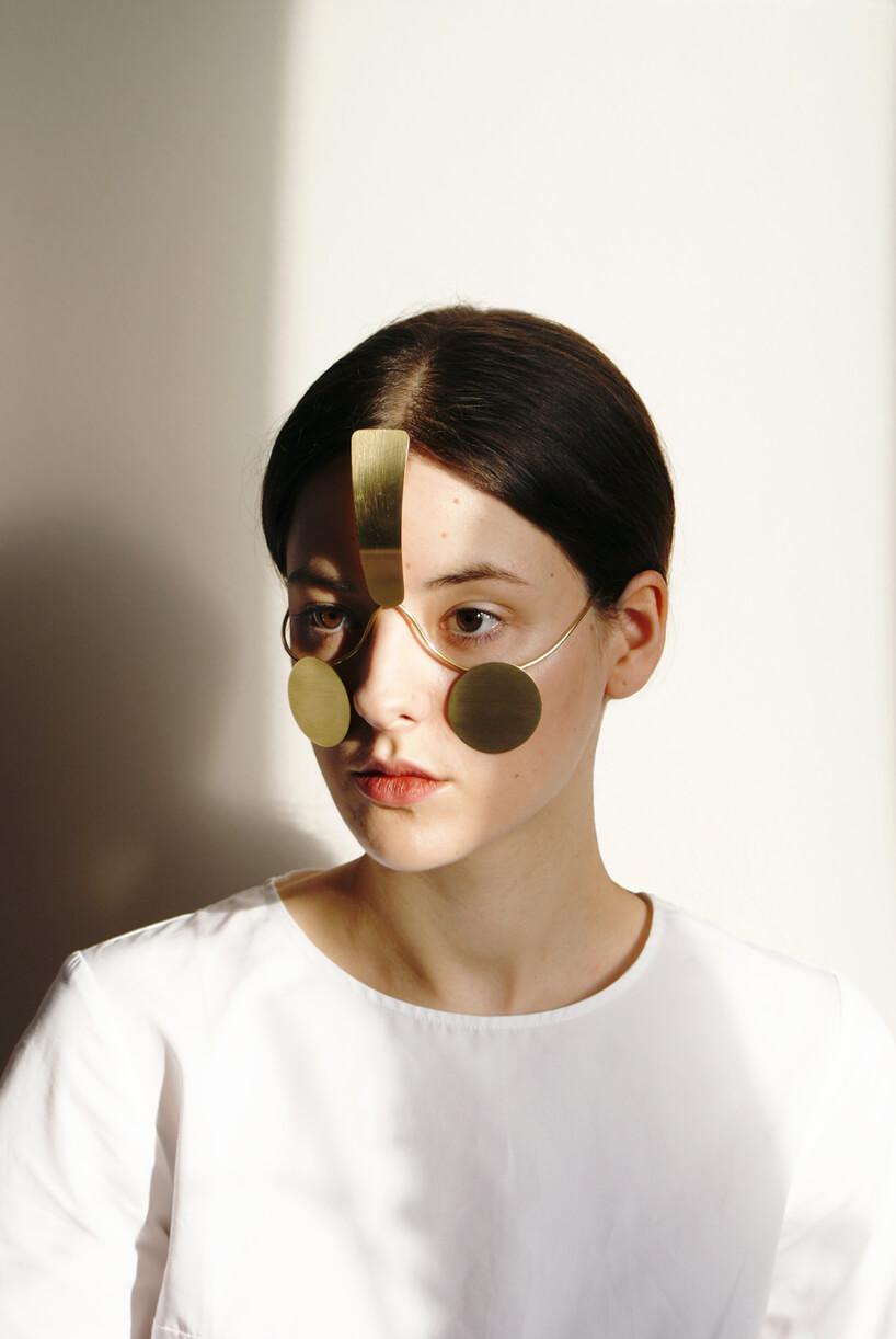 kobieta wbiałej bluzce znietypową metalową maską Incognito