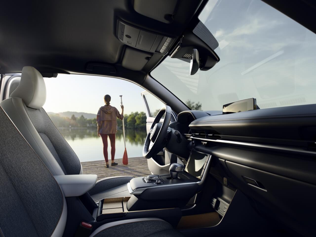 wnętrze samochodu mazda zkobietą