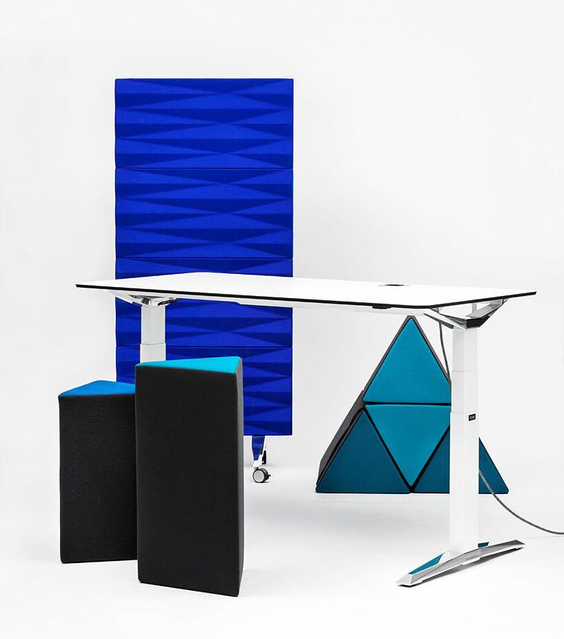 niebieska ścianka mobilna VANK jako tło dla białego biurka zregulowaną wysokością