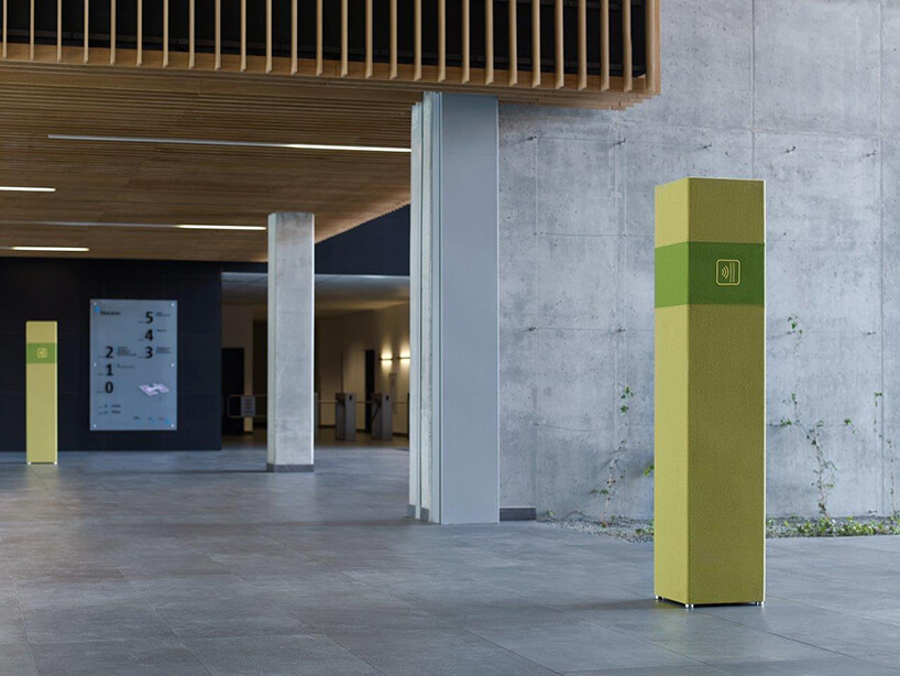 zielony pochłaniacz dźwięku Selva Tower od Bejot wbetonowej przestrzeni budynku