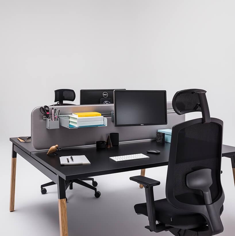 czarne podwójne biurko zkrzesłami zzagłówkiem od MDD