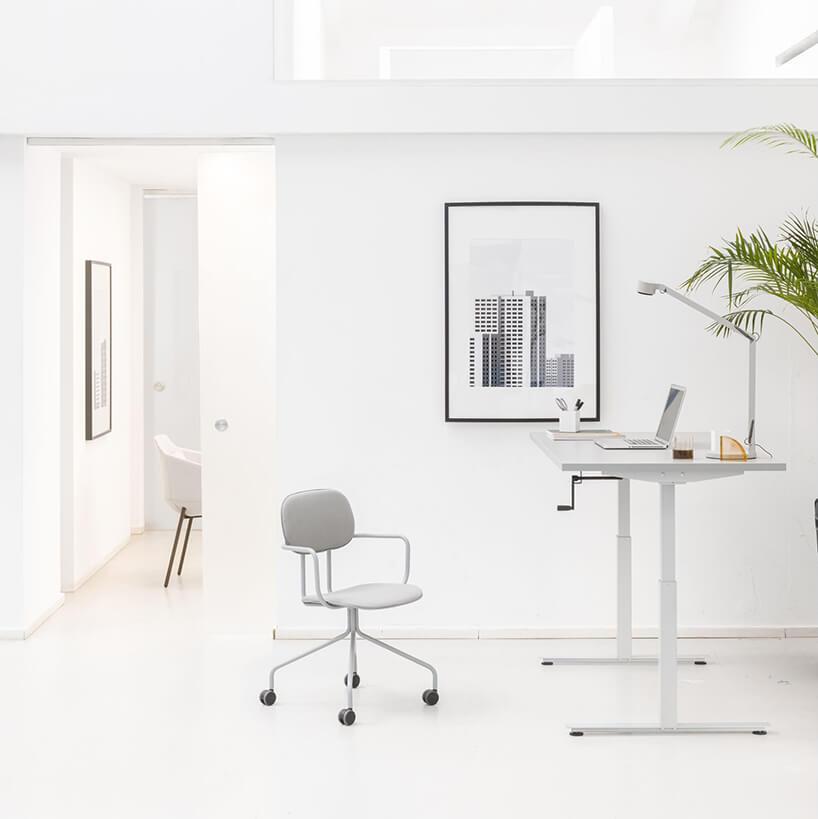 aranżacja jasnego biura od MDD zbiałym biurkiem zręczną regulacją wysokości