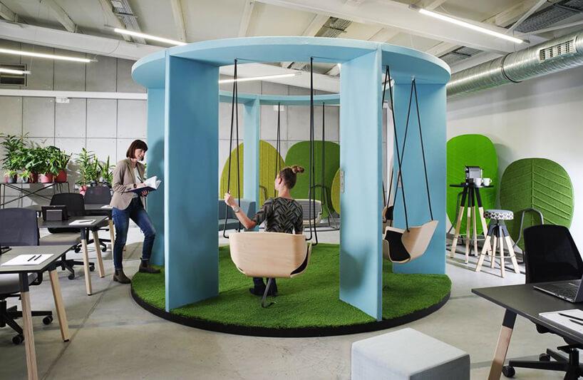 okrągła niebiesko zielona przestrzeń do odpoczynku od Bejot wprzestrzeni biurowej