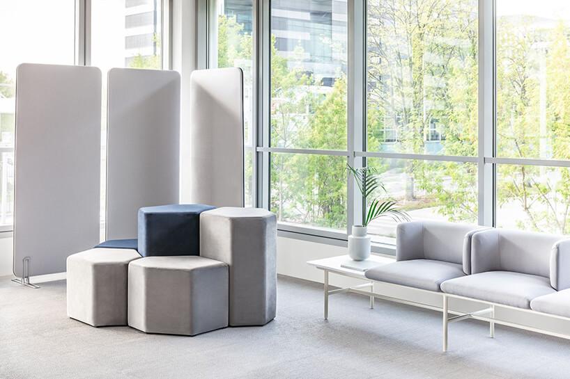 szare ścianki mobilne siedziska oławka od MDD wprzestrzeni open space zdużymi oknami