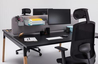 czarne podwójne biurko z krzesłami z zagłówkiem od MDD