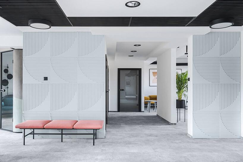nowoczesna przestrzeń biurowa MDD Work Together różowa ławka na tle białych ścian zfakturą