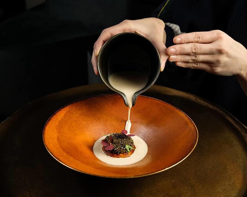 kucharz dekorujący swoje danie