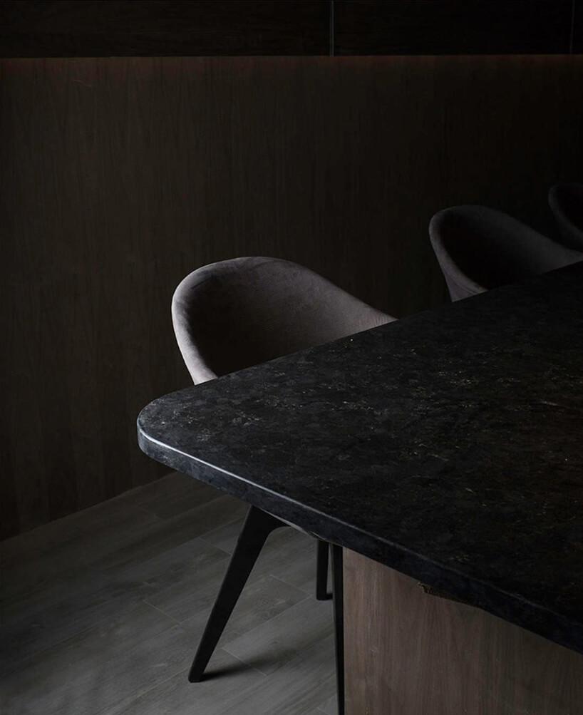 meble BoConcept wrestauracji Atomix wNowym Jorku stół zciemnym kamiennym blatem wszarym krzesłem