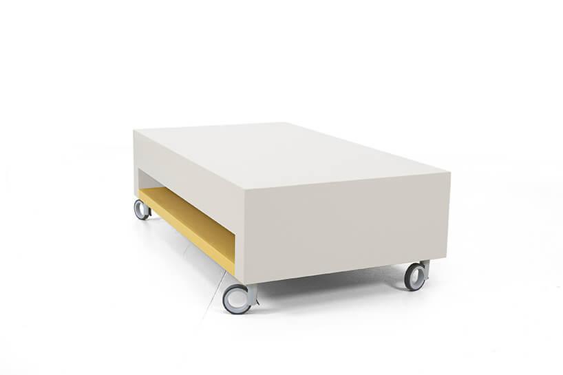 wyjątkowy żółto biały stolik Modo od Bozzetti na kółkach