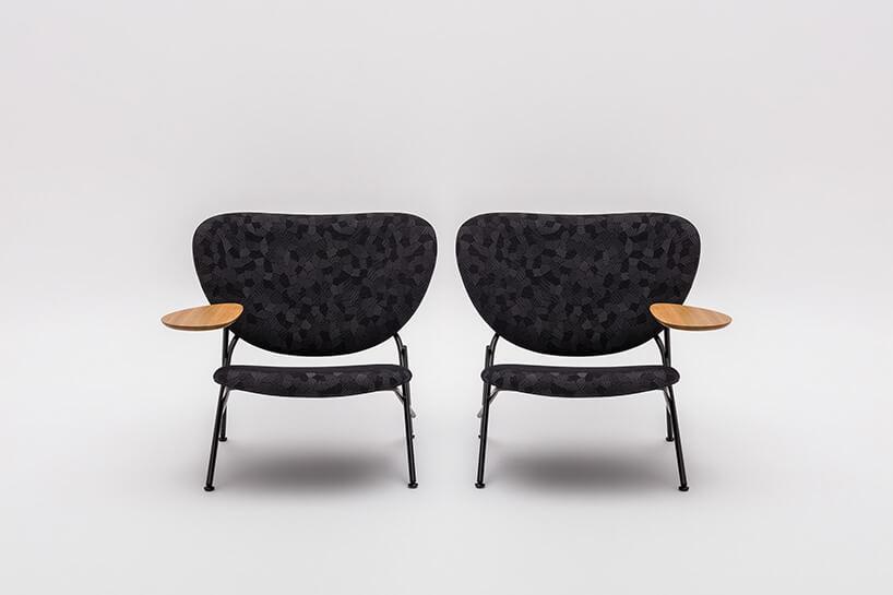 czarne fotele zmateriału zdrewnem