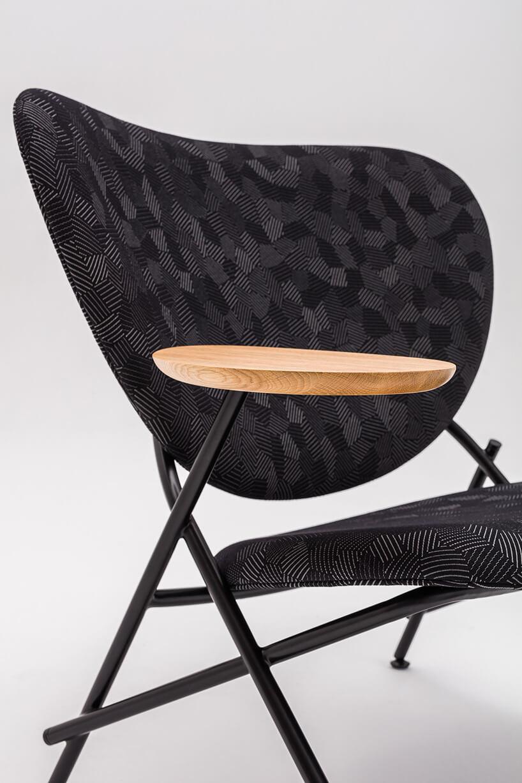 drewniany podłokietnik na krześle