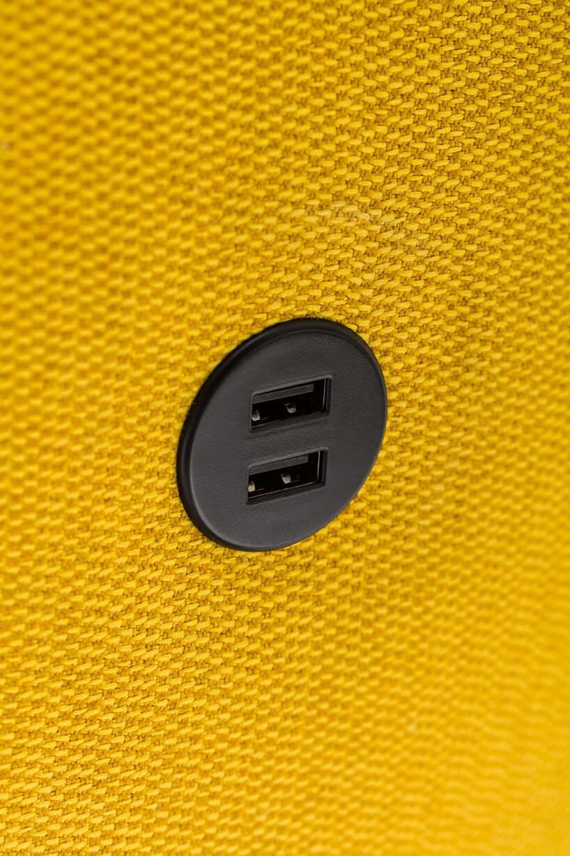 złącze USB wkółku na tle kanarkowego żółtego