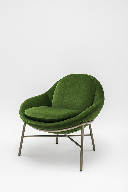 zielony fotel zpoduszkami na nóżkach