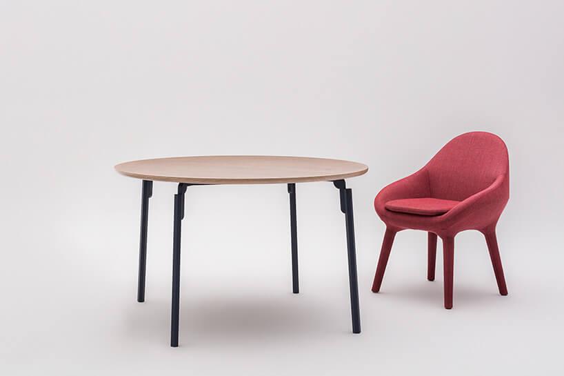 czerwone krzesełko przy stoliku zdrewna