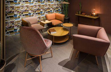 nowoczesne różowe krzesła