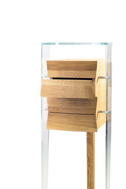 wyjątkowa jasna szyfoniera od Bozzetti zczterem szufladkami zdwoma przeźroczystymi nogami