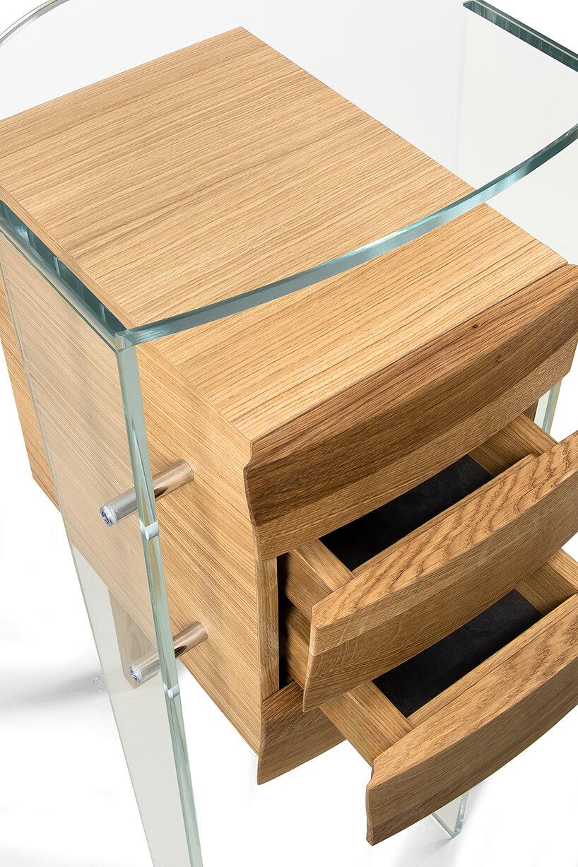 wyjątkowa jasna szyfoniera od Bozzetti zczterem szufladkami zdwoma przeźroczystymi nogami od góry