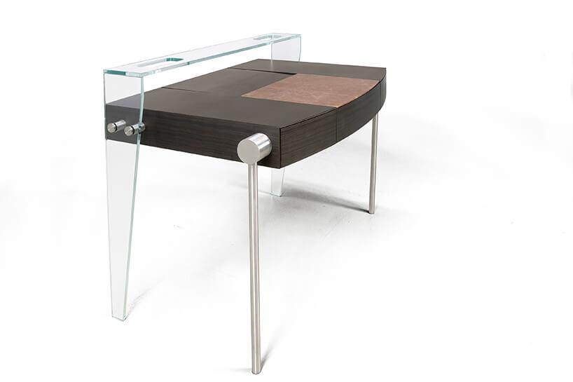 wyjątkowe ciemne biurko Dottore od Bozzetti zdrewnianym blatem ztylnymi przeźroczystymi nogami zpółką nad blatem