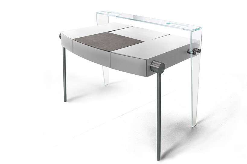 wyjątkowe srebrne biurko Dottore od Bozzetti zdrewnianym blatem ztylnymi przeźroczystymi nogami zpółką nad blatem