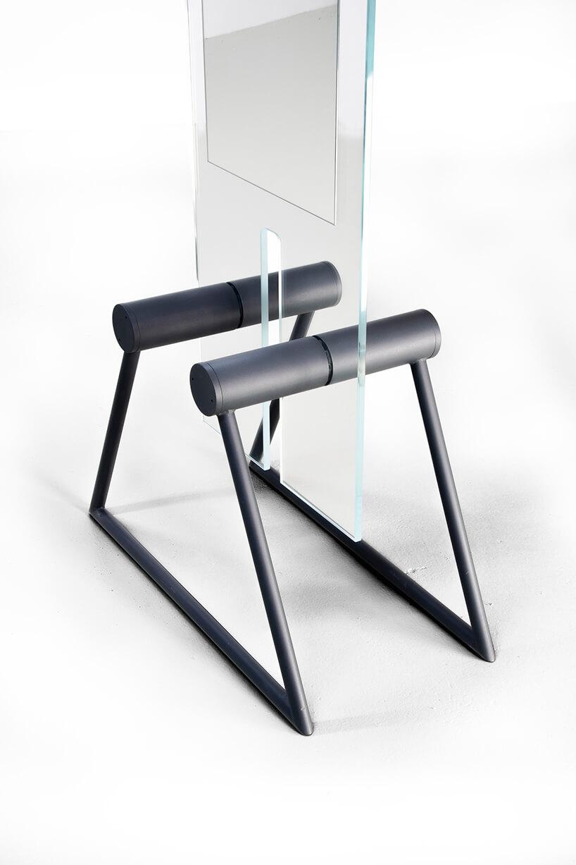 wyjątkowe lustro Tremo od Bozzetti na ciemnych metalowych nogach