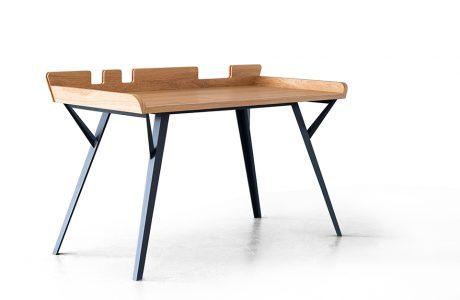 wyjątkowe biurko dla architektów DIAG od Bozzetti z drewnianym blatem na czarnych nogach