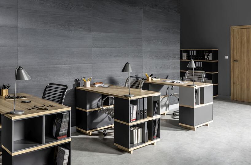 trzy nowoczesne biurka zszarymi półkami idrewnianymi blatami