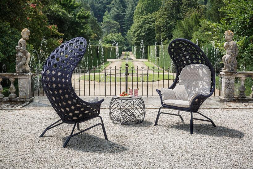 dwa ciemne fotele ogrodowe zwysokim zagiętym siedziskiem dającym cień