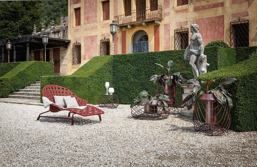wyjątkowe eleganckei siedzisko pośród eleganckich donic siedzisko na kamiennym podjeździe rezydencji