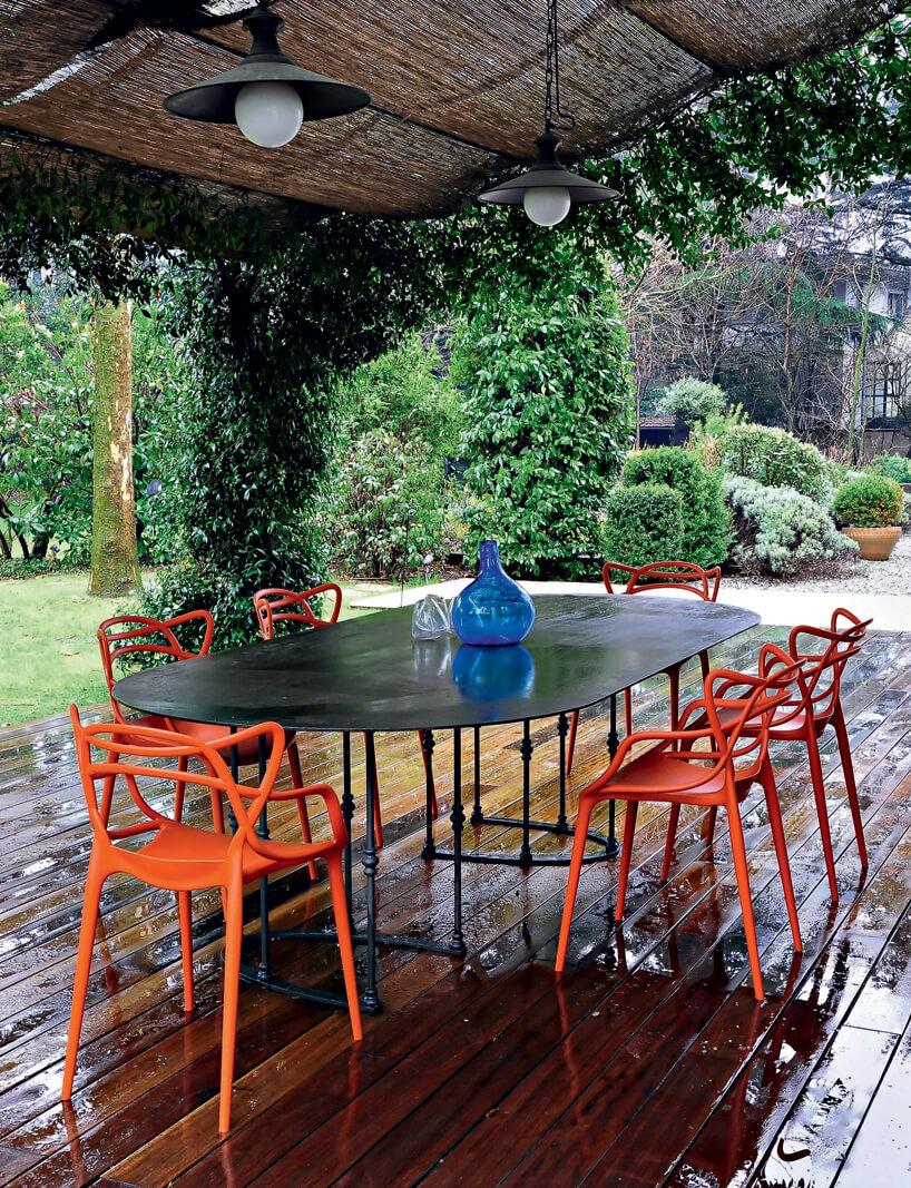 duży taras zroślinami na kolumnach osłaniający duży zestaw ogrodowy stołu ikrzeseł Masters Kartell