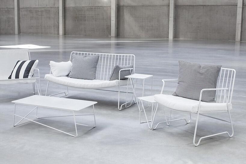 biały zestaw mebli zmetalowego drutu ławka zoparciem dwa krzesła itrzy stoliki