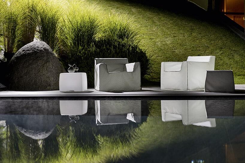 zestaw wyjątkowych siedzisk 10 InOut 101 od Gervasoni obok dwóch stolików nad basenem