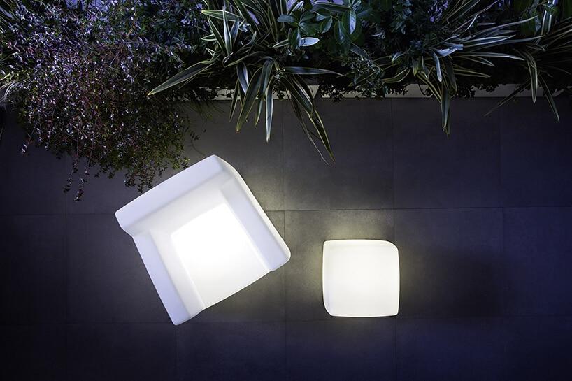 białe podświetlane krzesło istolik Catellani & Smith od Mood Design na szarym tarasie