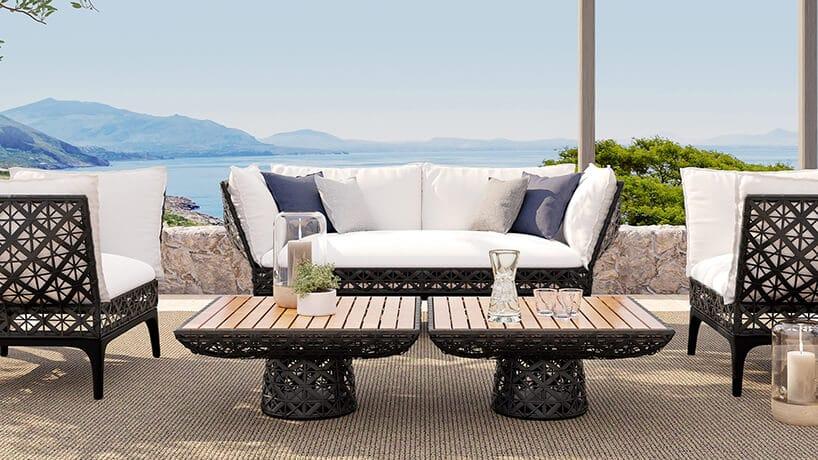 zestaw eleganckich mebli Riviere projektu Marcel Wanders dla Walters duża sofa zdwoma krzesłami iniskim stolikami