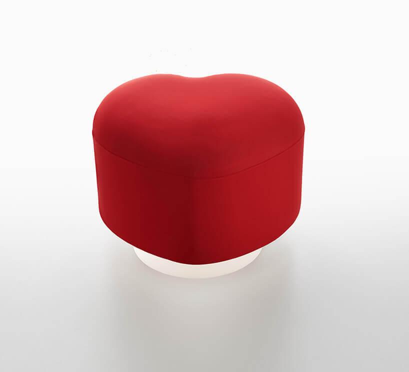 czerwona pufa wkształcie sreca Lempi od Slide projektu Giò Colonna Romano zpodświetloną podstawą