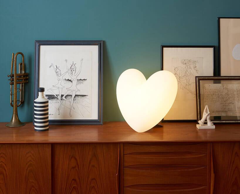 lampka wkształcie serca na drewnianej komodzie
