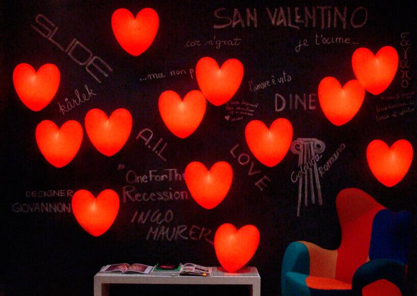 czarna ściana znapisami kredowymi iczerwonymi świecącymi sercami