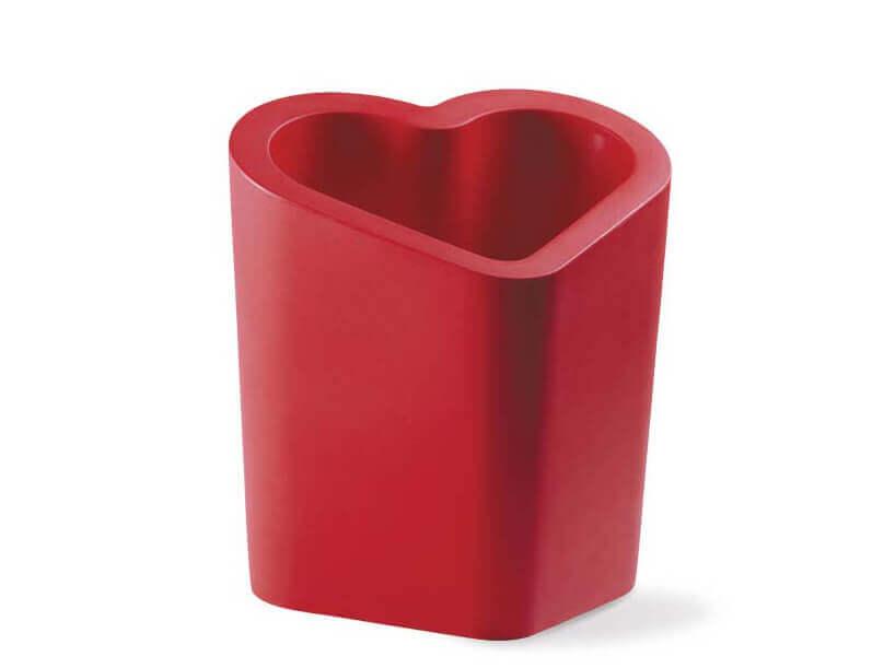 czerwona donica wkształcie serca Mon Amour od Slide projektu Alexa Sacchetti